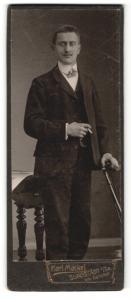 Fotografie Karl Mäckel, Burgstädt, Portrait Mann im Anzug mit Zigarette
