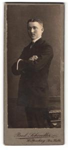 Fotografie Paul Schindler, Wittenberg, Portrait junger Mann mit verschränkten Armen