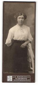 Fotografie C. Brüning, Oldenburg, Portrait junge Frau in weisser Bluse mit Medaillon
