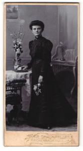 Fotografie R. Schönfelder, Reichenbach i. V., Portrait junge Dame im Kleid mit Blumen