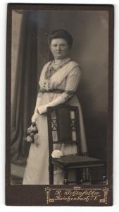 Fotografie R. Schönfelder, Reichenbach i. V., Portrait Frau im Kleid mit Blumen