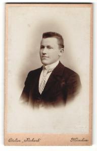Fotografie Atelier Richard, München, Portrait stattlicher junger Mann in gestreifter Krawatte und Jackett
