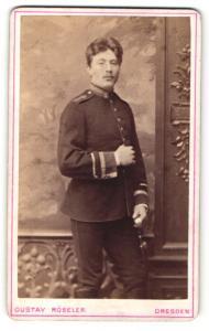 Fotografie Gustav Röseler, Dresden, Portrait stattlicher Soldat in interessanter Uniform