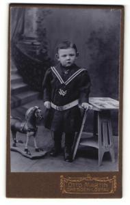 Fotografie Otto Martin, Dresden-Löbtau, Portrait bezauberndes Kleinkind mit Spielzeugpferd