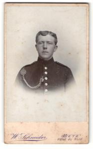 Fotografie W. Schneider, Metz, Portrait stattlicher Soldat in interessanter Uniform