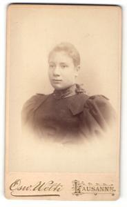 Fotografie Osw. Welti, Lausanne, Portrait blonde junge Frau mit zurückgebundenem Haar und Halstuch