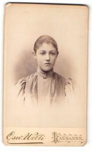 Fotografie Osw. Welti, Lausanne, Portrait Portrait bezauberndes Fräulein mit Brosche am Blusenkragen