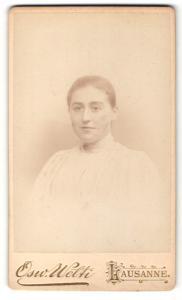 Fotografie Osw. Welti, Lausanne, Portrait bezaubernde junge Frau mit zurückgebundenem Haar