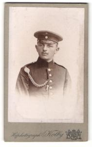 Fotografie Atelier Kolby, Plauen i. V., Portrait stattlicher junger Soldat mit Schirmmütze in Uniform