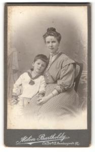Fotografie Atelier Bartholdy, Calbe a. S., Portrait wunderschöne Mutter im gestreiften Kleid & niedlicher Bube im Anzug