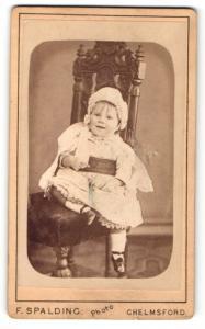 Fotografie F. Spalding, Chelmsford, Portrait lachendes kleines Mädchen im wunderschönen Kleid mit Rüschenmütze
