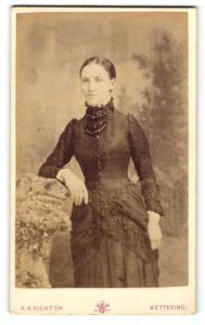 Fotografie A. Knighton, Kettering, Portrait dunkelhaarige junge Schönheit mit Perlenhalsketten