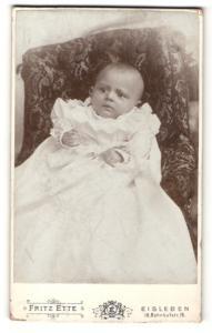 Fotografie Fritz Ette, Eisleben, Portrait niedliches Baby im Taufkleid
