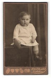 Fotografie Fritz Ette, Eisleben, Portrait Kleinkind in Leibchen
