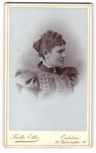 Fotografie Fritz Ette, Eisleben, Portrait hübsche junge Dame mit Haarknoten im Profil