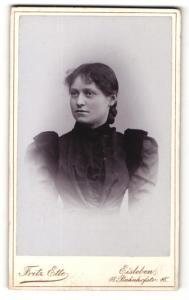 Fotografie Fritz Ette, Eisleben, Portrait junge Dame in edler Bluse