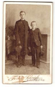 Fotografie Fr. X. Schröck, Laufen a. d. Salzach, Portrait Junge und junger Mann in eleganter Kleidung mit Hüten