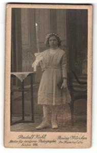 Fotografie Rudolf Kahl, Pasing-München, Portrait Kommunikantin mit Kerze und Gebetsbuch