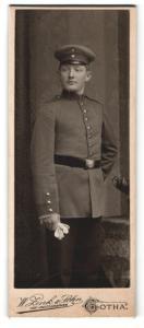Fotografie W. Zink & Sohn, Gotha, Portrait Soldat in Uniform mit Schirmmütze und Handschuhen