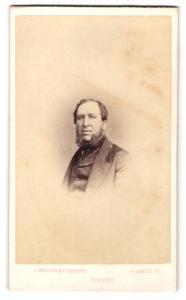 Fotografie J. Phillips & Co. Artistst, Bristol, Portrait brügerlicher Herr im Anzug mit Bart
