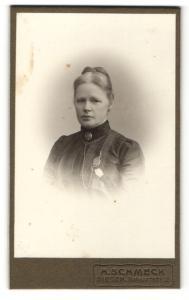 Fotografie H. Schmeck, Siegen, Portrait bürgerliche Dame mit Hochsteckfrisur und Kragenbrosche