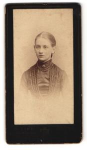 Fotografie W. Zink, Gotha, Portrait Mädchen mit zusammengebundenem Haar