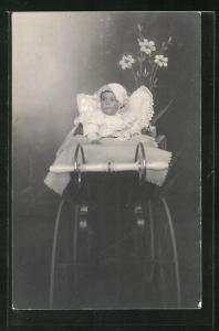 AK Baby mit Mützchen im Kinderwagen