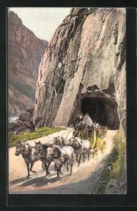 AK Postkutsche passiert das Urnerloch bei Andermatt
