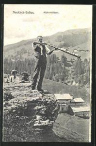AK Neukirch-Safien, Alphornbläser auf einem Felsen über dem Dorf