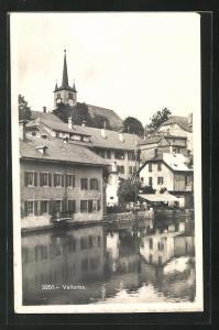 AK Vallorbe, Ortspartie am Wasser, Blick zur Kirche