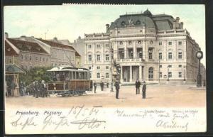 AK Pressburg / Pozsony, Strassenbahn vor dem Stadt-Theater, Városi-szinház