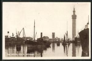 AK Grimsby, The Royal Dock, Leuchtturm und Schiffe im Hafen
