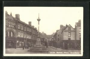 AK Grantham, Market Place, Geschäftsfassaden und Denkmal