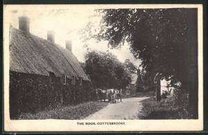 AK Cottesbrooke, The Nook, Blick auf Reetdachhaus an Strasse
