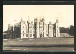 AK Stamford, Burghley House mit Fahne und Rasenfläche