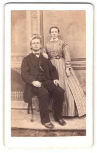 Fotografie Wilhelm Loeber, Dresden, Portrait bürgerliches Paar in modischer Kleidung