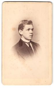 Fotografie Hugo Hoffers & Co., Annaberg, Portrait junger Mann im Anzug mit Krawatte