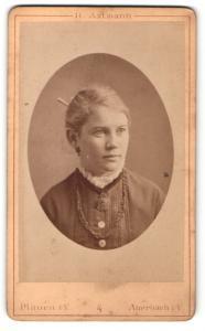 Fotografie H. Axtmann, Plauen i / V., Portrait junge Dame in hübscher Kleidung mit Amulett