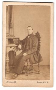 Fotografie L. O. Grienwaldt, Bremen, Portrait Herr in zeitgenöss. Garderobe, Gründerzeit