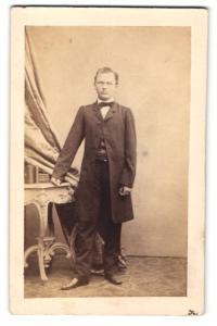 Fotografie Amand Schlossarek, Wien, Portrait junger Herr in Gehrock