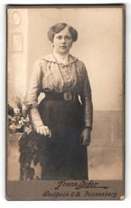 Fotografie Franz Hofer, Weilheim O. B., Portrait bürgerliche Dame in hübscher Bluse an Stuhl gelehnt