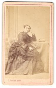 Fotografie C. Brasch, Berlin, Portrait ältere Dame im Kleid