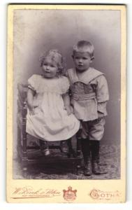 Fotografie W. Zink & Sohn, Gotha, Portrait zweier Kleinkinder