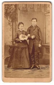 Fotografie Josef Heine, Georgswalde, Portrait junges Paar in festlicher Kleidung