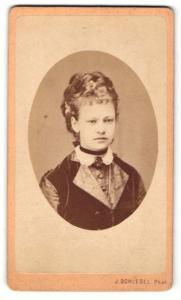 Fotografie J. Schlegel, Böhm. Leipa, Portrait Fräulein mit aufwendiger Frisur