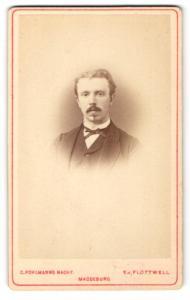 Fotografie E. v. Flottwell, Magdeburg, Portrait charmanter Herr im Anzug mit Fliege und Schnauzbart