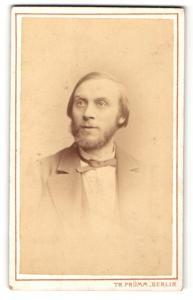 Fotografie Theodor Prümm, Berlin, Mann mit schmaler Fliege und Bart im Anzug