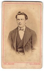 Fotografie Emil Becher, Dillenburg, Mann mit schmaler Fliege und Taschenuhr