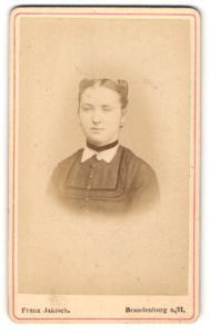 Fotografie Franz Jakisch, Brandenburg a / H., Portrait junge Dame im modischen Kleid mit Halsband und Medaillon