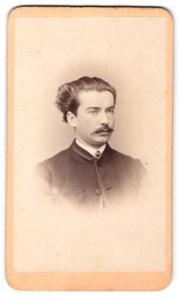 Fotografie P. Schindler, Regensburg, Portrait charmanter Herr in Trachtenkleidung mit Zwirbelbart
